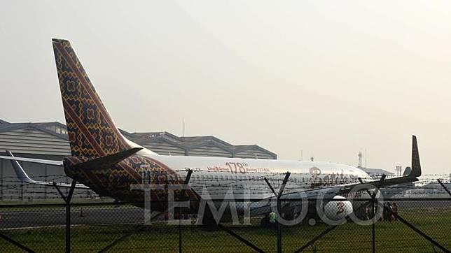 Petugas melakukan pemeriksaan pada pesawat Boeing 737 Batik Air di landasan pacu Bandara Husein Sastranegara Bandung, Jawa Barat, Kamis 20 Juni 2019.  TEMPO/Prima Mulia