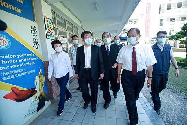 陳時中親往台中弘文中學感謝捐款協助防疫