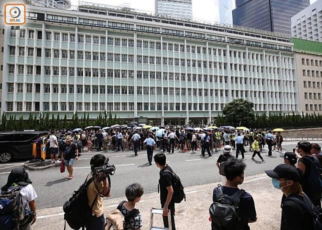大批市民到律政中心外示威。(李志湧攝)