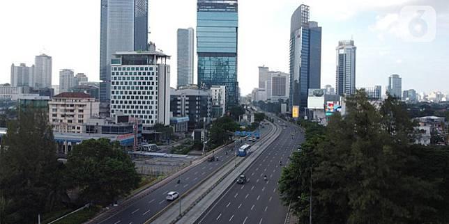 Foto udara kawasan Jalan Jenderal Sudirman, Jakarta, Minggu (3/5/2020). Pemprov DKI Jakarta telah menutup sementara 126 perusahaan yang melanggar Pergub Nomor 33 Tahun 2020 tentang Pelaksanaan Pembatasan Sosial Berskala Besar (PSBB) dalam Penanganan COVID