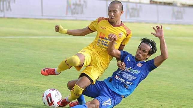 Pesepak bola Persiraja Agus Suhendra (kanan) berebut bola dengan pesepak bola Sriwijaya FC Siswanto saat pertandingan perebutan tempat ketiga Liga 2 2019 di Stadion Kapten I Wayan Dipta, Gianyar, Bali, Senin (25/11/2019). Persiraja berhasil menduduki peringkat ketiga Liga 2 2019 sekaligus memastikan tiket promosi ke Liga 1 usai mengalahkan Sriwijaya FC dengan skor 1-0. ANTARA FOTO/Fikri Yusuf