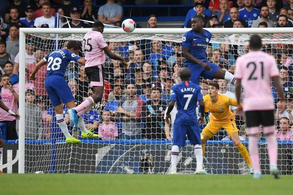 Gelandang Leicester City asal Nigeria, Wilfred Ndidi (dua kiri), melepaskan sundulan untuk menjebol gawang Chelsea.