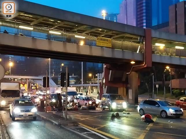 車輛駛經紅隧九龍入口需閃避路障。(吳建明攝)