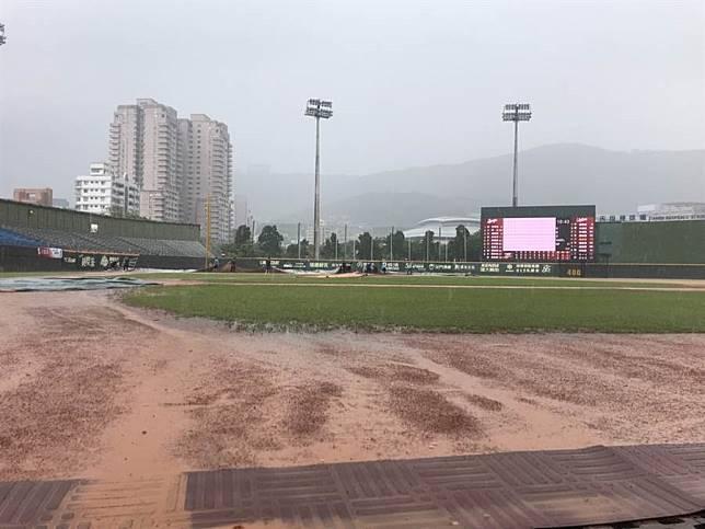 天母棒球場因雨延賽