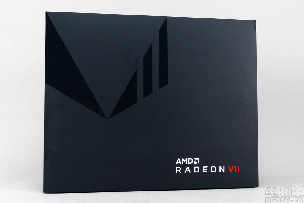 Radeon VII 媒體送測版使用禮盒包裝,上方標示 AMD Radeon VII 字樣,專屬標誌則以部分上光方式印製
