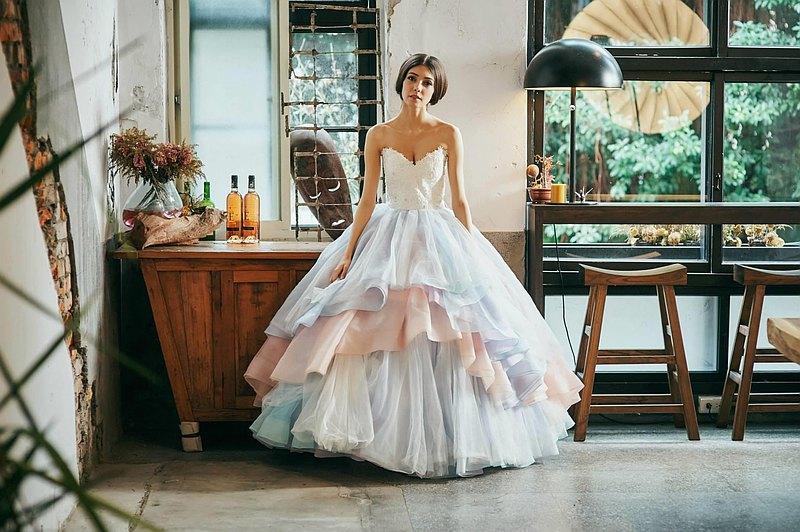 設計師為安心亞在戲劇:你有唸大學嗎? 設計的婚紗,夢幻又甜美的設計,讓這集收視率創新高。 雕塑型的馬甲讓身形纖細,穿上腰身秒瘦三吋! 可以調整式的綁帶設計,不論任何身材都可以穿喔!