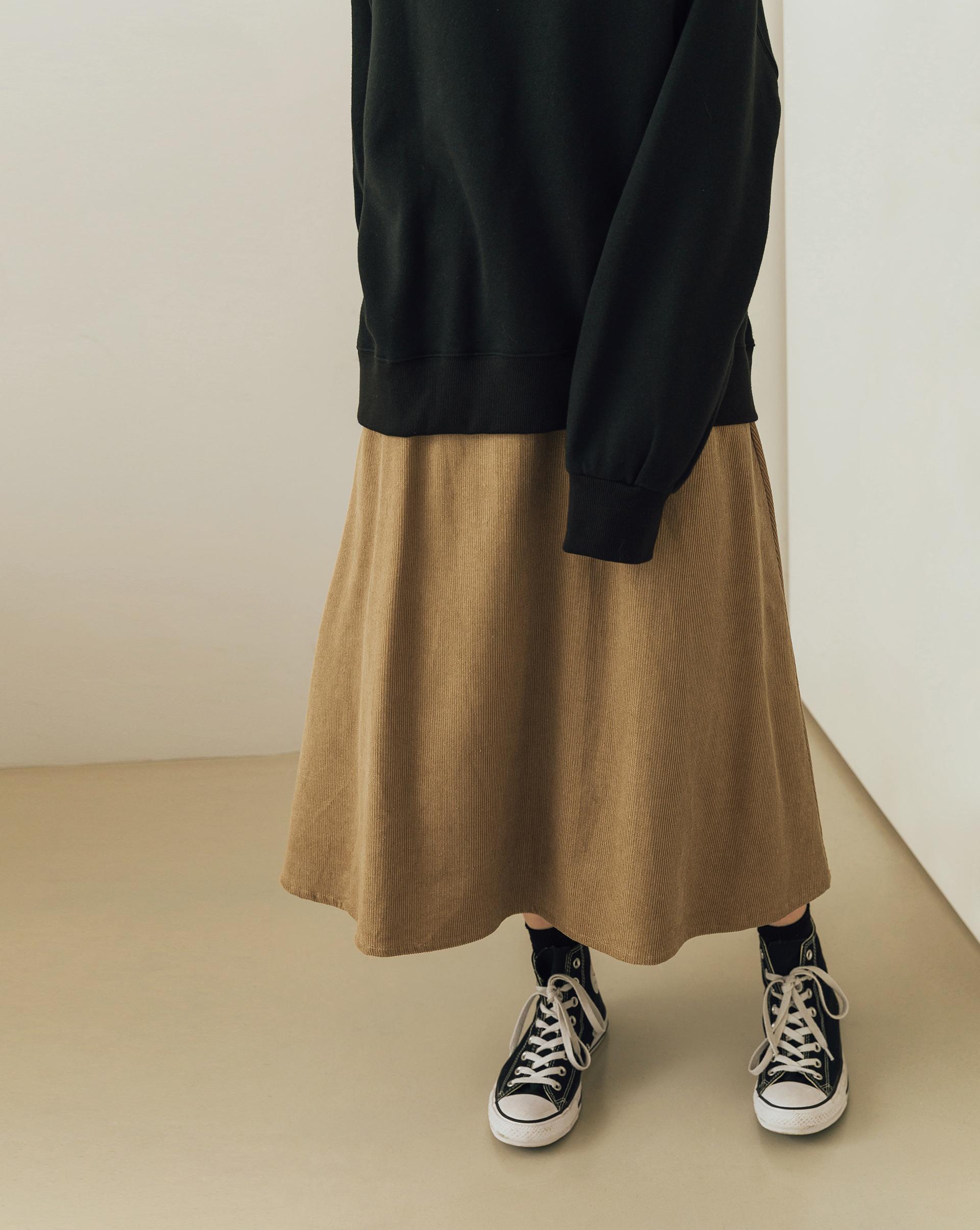 坑紋燈心絨面料/後腰鬆緊帶/左側開隱形拉鍊/雙側斜口袋/有全長內裡