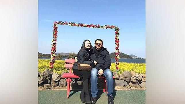 Foto Basuki Tjahaja Purnama alias Ahok BTP dan Puput Nastiti Devi dengan latar belakang bunga berbentuk hati beredar di media sosial. Belum diketahui lokasi foto dan asal muasal foto ini. Instagram/@Veronica_tan_fc