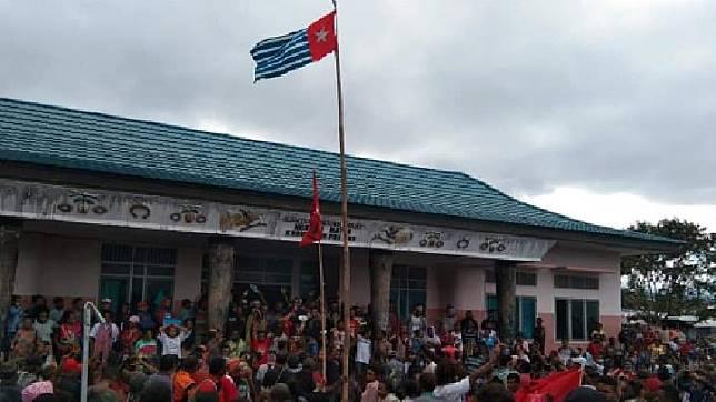 Bendera Bintang Kejora berkibar di Depan Gedung Kantor Dewan Adat di Fakfak, Papua Barat, pasca aksi demonstrasi berujung rusuh, Rabu, 21 Agustus 2019. Sumber Foto: Istimewa