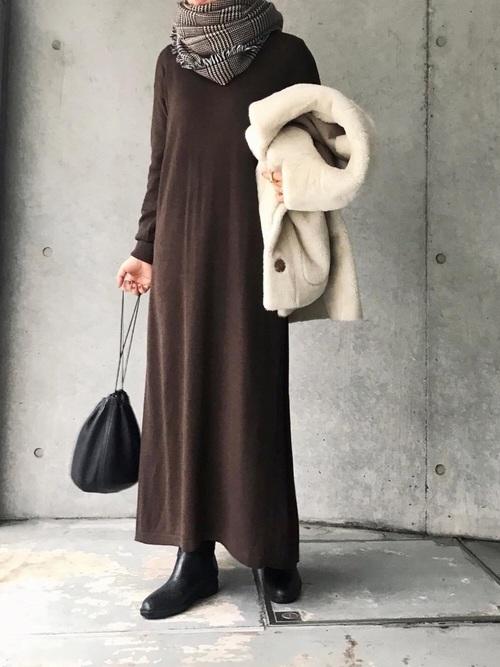 LANDWARDS 針織連身百褶裙:搭配圍巾營造韻味