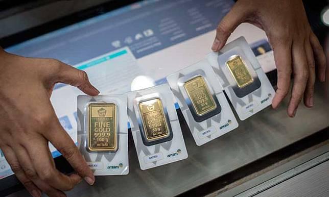 Karyawan menunjukkan imitasi emas batangan Antam di Butik Emas, Jakarta, Selasa (3/3/2020). ANTARA FOTO/Aprillio Akba