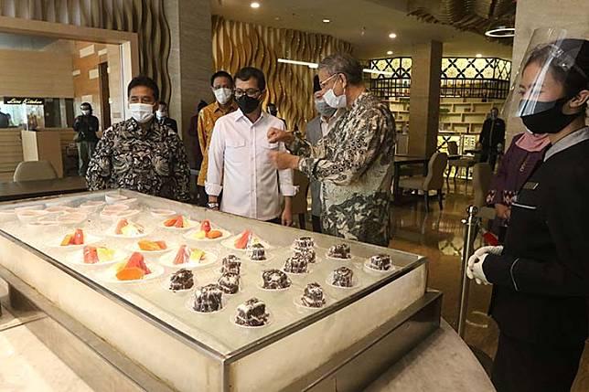 Tourism and Creative Economy Minister Wishnutama Kusubandio (center) and Indonesian Hotel and Restaurant Association chairman Hariyadi Sukamdani (left) listen to a food-serving presentation by hospitality expert Alexander Nayoan at the JS Luwansa Hotel in South Jakarta on July 8.