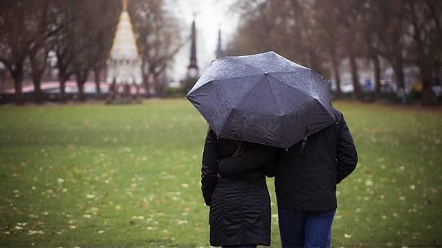 換我為你撐傘!當被所信任的人深深傷害了,不只撕心裂肺,如何走出親密伴侶背叛的傷痛?