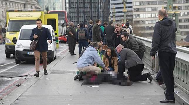 Korban akibat ditabrak mobil dalam teror Inggris di Jembatan Westminster, London. (The Sun)