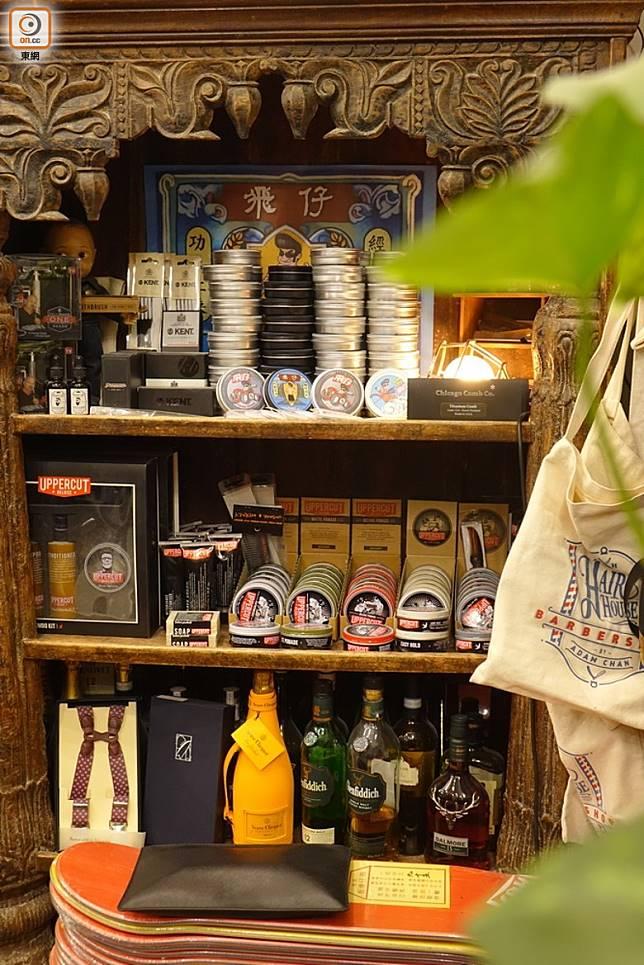 店內亦有發售各款油頭所用的髮油單品。(胡振文攝)