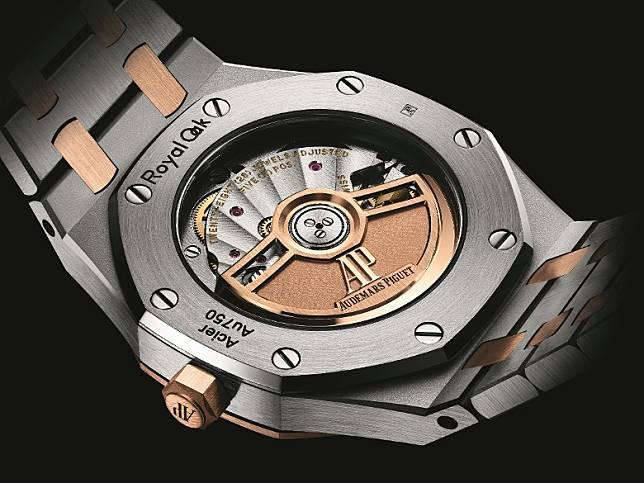 當中鋼錶殼配18K玫瑰金錶圈款式,錶帶部分更加入18K玫瑰金呼應腕錶設計。(互聯網)