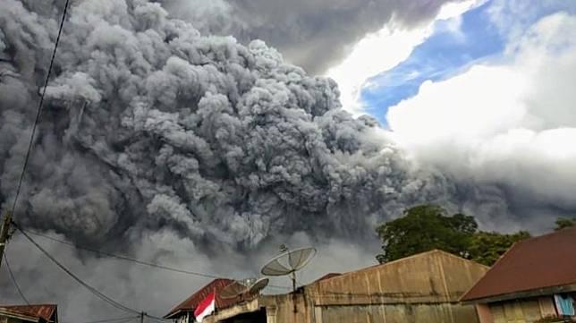 Suasana Mencekam Gunung Sinabung Erupsi, 15 Menit Langit Gelap Gulita