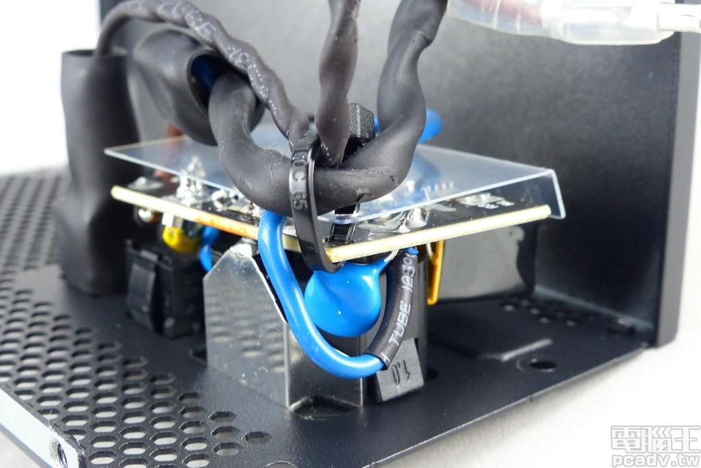 第一級 EMI 濾波 Cx、Cy 電容直接焊在插座後方,並有 1 顆 IC 負責洩放斷電後電容殘存的能量