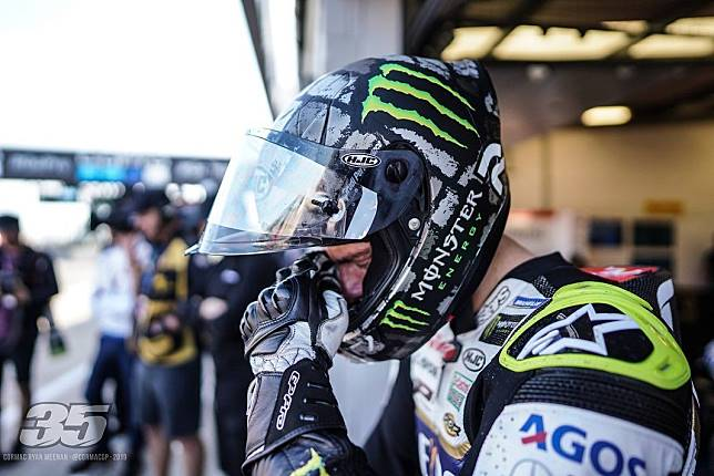 Cal Crutchlow memakai helm balap HJC RPHA 01R edisi khusus di MotoGP Inggris.