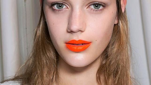 Lipstik warna orange