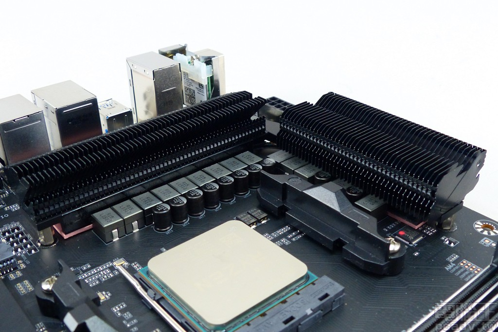 ▲ GIGABYTE 從 X570 AORUS XTREME 至 X570 AORUS PRO 為止,處理器供電轉換散熱器均為最大化表面積的鋁鰭焊接設計。