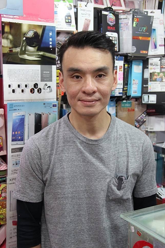 三禾電氣店長Simon哥指HUAWEI手機的回收價暫時跌了一成。(互聯網)