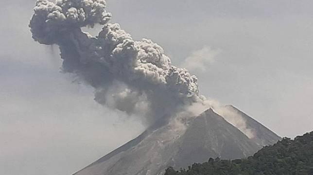 Gunung Merapi kembali meletus pada Minggu (17/11/2019) siang pukul 10.46 WIB dengan tinggi kolom 1000 meter.