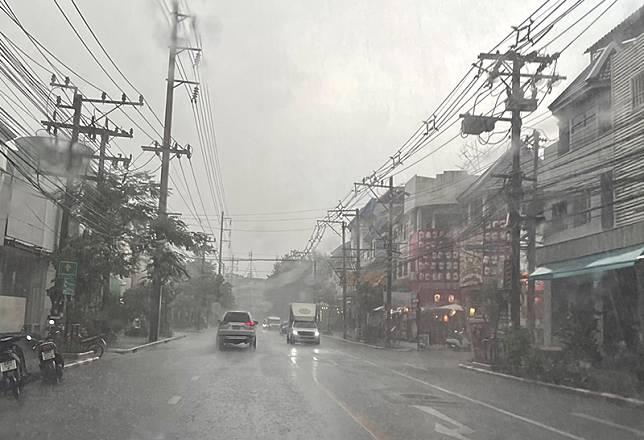 อุตุเตือนทุกพื้นที่ ยังมีฝนอยู่ อีสาน-ใต้ ระวังน้ำท่วมฉับพลัน