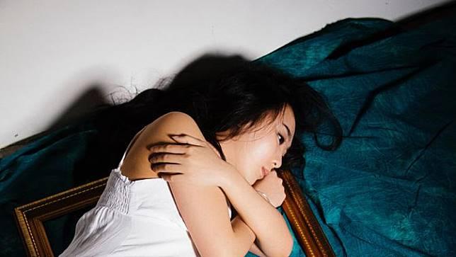 Sedihnya bagai Ditusuk Sembilu, Apa Penyebab Kesepian di Tengah Keramaian?
