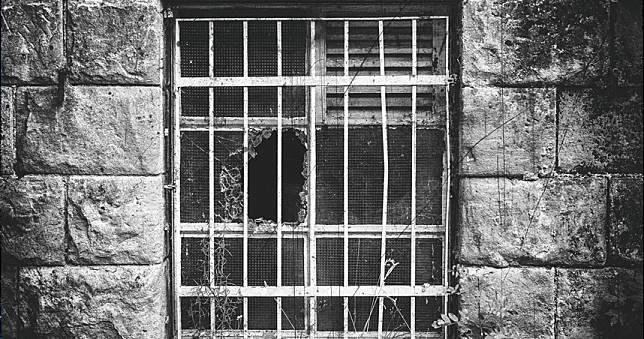 女兒趴地兒子躺床慘死 全家斃命房東驚見窗邊「上吊女屍」
