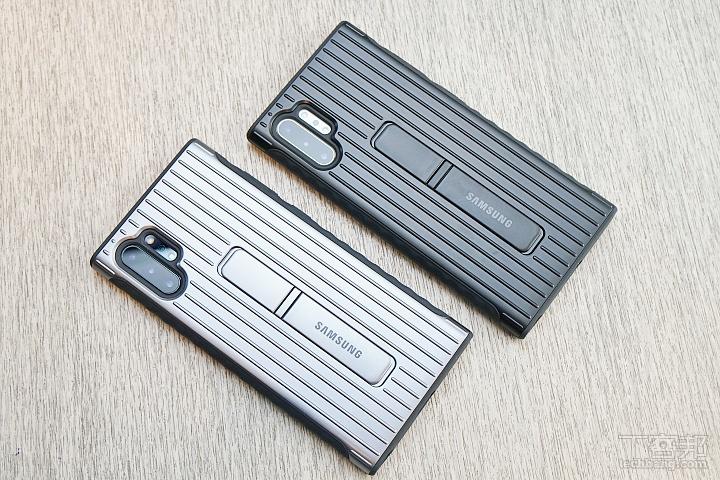 三星立架式保護皮套,保護殼後方有支架,掀開來就可以把手機立在桌上,共有黑銀兩色,售價 1,090 元。
