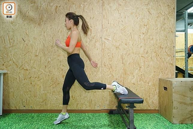 前腳(右腳)發力並配合雙手擺動帶動身體跳躍。(胡振文攝)