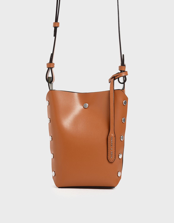 配件也能變身,靠自己就能打造出全新色調的包包。小巧實用、時髦多變,本季必備。