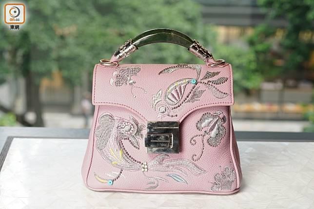 粉紅色繡花手袋(張群生攝)