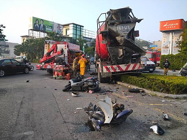 台南東區裕義路、裕農路口,16日清晨一輛水泥預拌車衝撞7輛汽機車