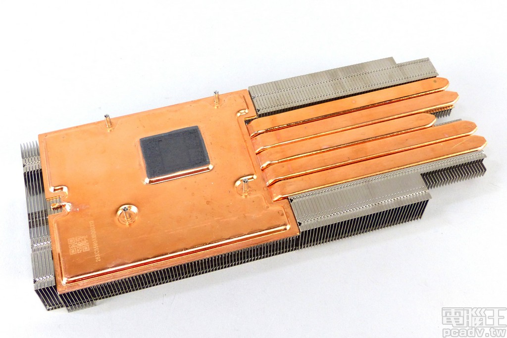 Radeon VII 散熱器繼承前一代的均溫板設計,並利用 5 條 8mm 熱導管引導廢熱至右方的散熱鰭片