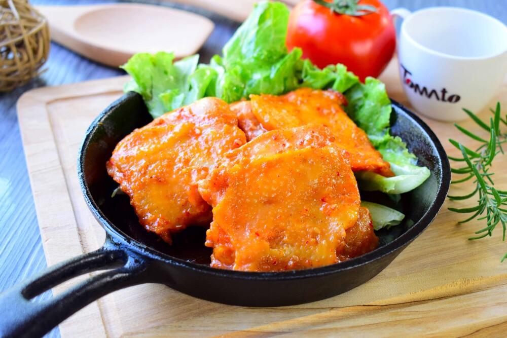 【橙光美食早餐diy】#韓風辣醬雞腿 1000g±5% 約12片裝 #冷凍肉品 #烤肉必備 口感特色: 烤肉必備,重口味的最愛,辣的好吃又美味;家裡冷凍必備食品,簡單快速好上桌! 食用方式: 本產品為