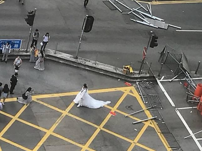 新人穿禮服路障前打卡影相。網上圖片