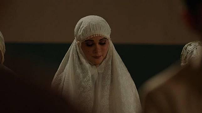 Luna Maya saat berperan sebagai Suzzanna yang tenang dalam balutan mukena