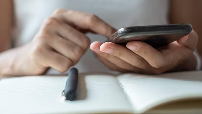 武漢病毒》沒替手機消毒,手等於白洗!病毒可在手機上存活24小時...專家揭3大清潔重點