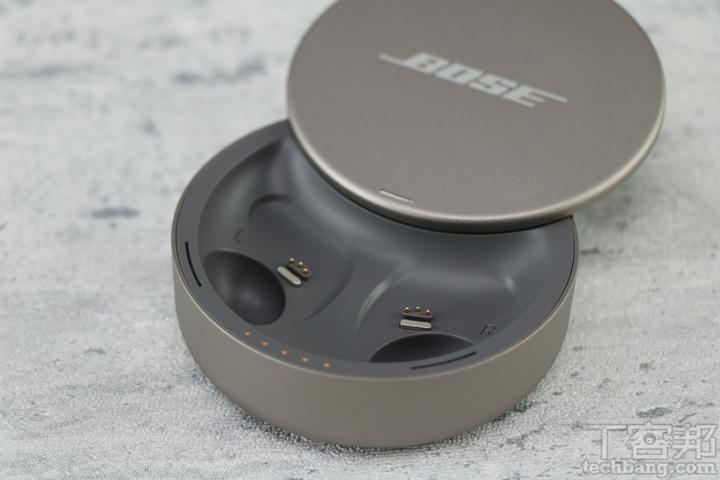 充電盒內有耳塞凹槽,並採用磁吸固定,幫助耳塞快速歸位充電,內部也貼心刻有 L、R,使用和充電時更一目了然。