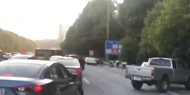 Pengguna jalan tol ramai-ramai punguti uang yang tercecer di jalan tol (Carscoops)