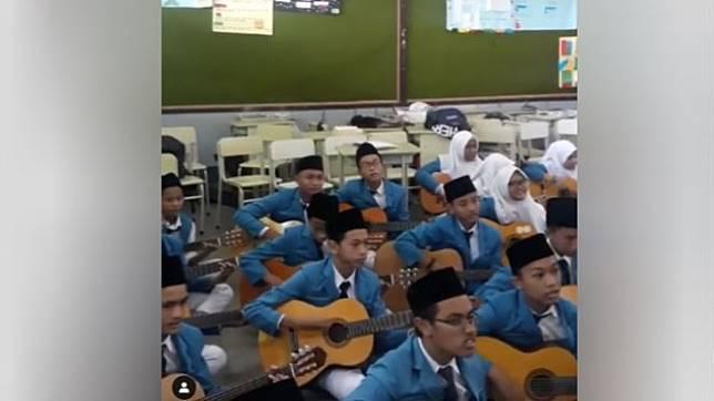 Siswa SMP mainkan musik Kodaline