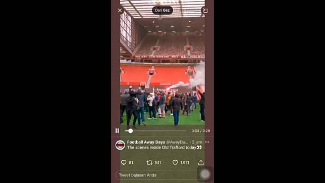 Fan MU masuk ke dalam stadion Old Trafford.