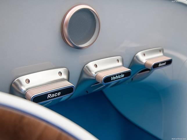 駕駛模式按鍵置於前方引擎背部,是當年古典車的布局。(互聯網)