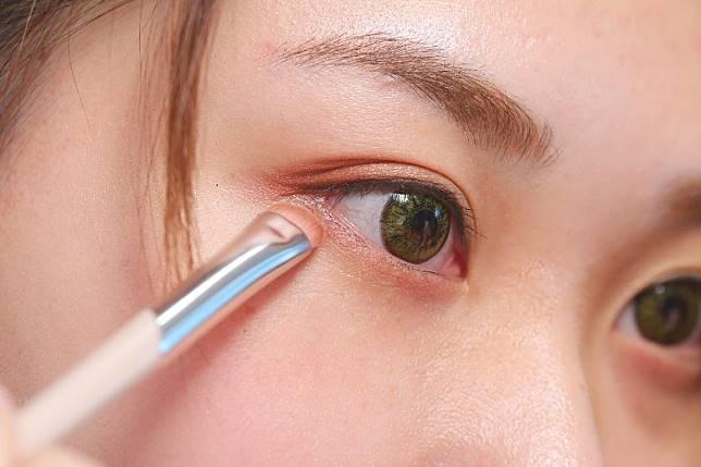 Step 4:於下眼瞼掃上帶閃的淺色眼影作點綴。(胡振文攝)