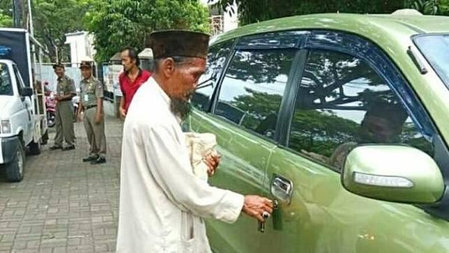 Pengemis di Bogor tepergok memiliki mobil