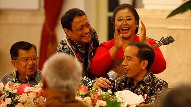 Presiden Joko Widodo bernyanyi saat acara perpisahan dengan Wakil Presiden Jusuf Kalla dan para menteri Kabinet Kerja periode 2014-2019 di Istana Negara, Jakarta, Jumat 18 Oktober 2019.  Jajaran kabinet bersama Presiden Jokowi dan Wapres Jusuf Kalla juga foto bersama di Istana. TEMPO/Subekti