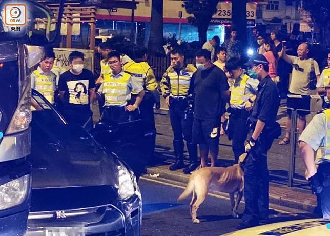 男乘客(右)及被捕男司機(左);警犬協助搜車。(沈厚錚攝)