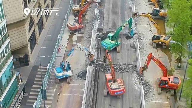 ทลายเพียงชั่วข้ามคืน! คนงานจีนระดมสารพัดอุปกรณ์ 'ทุบสะพาน 300 เมตร'